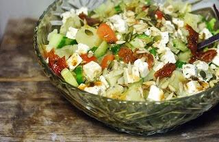 Salade: Gemengde sla met gerookte kip, zoete aardappel, zongedroogde tomaat, komkommer, pitten, feta en balsamico sladressing