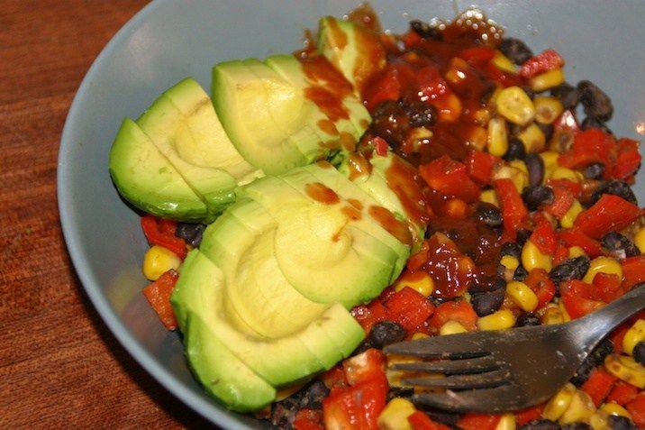 Lun salat med sorte bønner, majs, peberfrugt og avocado