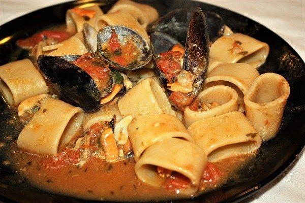 Calamarata al sugo di cozze e vongole :http://ropa55.it/calamarata-al-sugo-di-cozze-e-vongole/