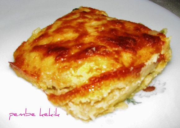 Patates püresinden oluşan katların arasında tavuk etleri,üzerinde rendelenmiş kaşar peyniri...Hem börek hem ana yemek....Çok lezzetli v...