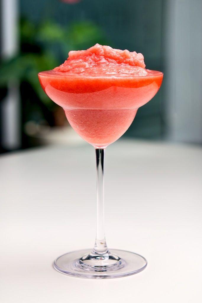 Bereiden:Blender de aardbeien met de rum, suikerwater, citroensap en het ijs. Serveer met een stukje aardbei en een rietje.