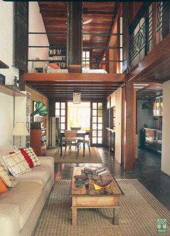 Antes térrea a casa erguida em 1920, numa vila operária, ganhou novo andar. A estrutura de madeira viabilizou a obra e aberturas estrategicamente localizadas garantiram claridade no interior. Projeto do arquiteto Nagaaki Yasumoto.