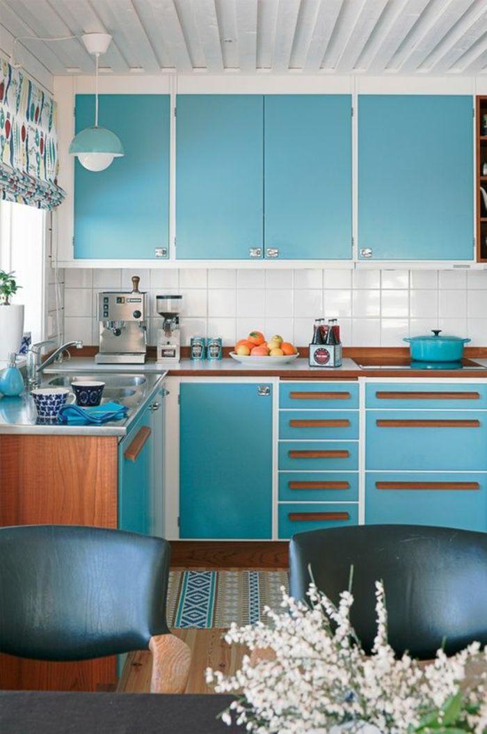 peinture gris perle quelle couleur pour les murs d'une cuisine, meubles en bleu turquoise, luminaire en bleu turquoise, table et chaises en noir, rideaux en turquoise et marron