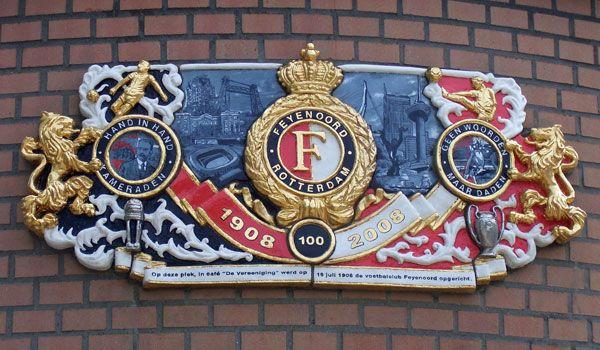 Een gevelsteen ter nagedachtenis aan de oprichting van de club.