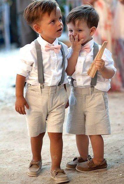 Petits garçons en bretelles