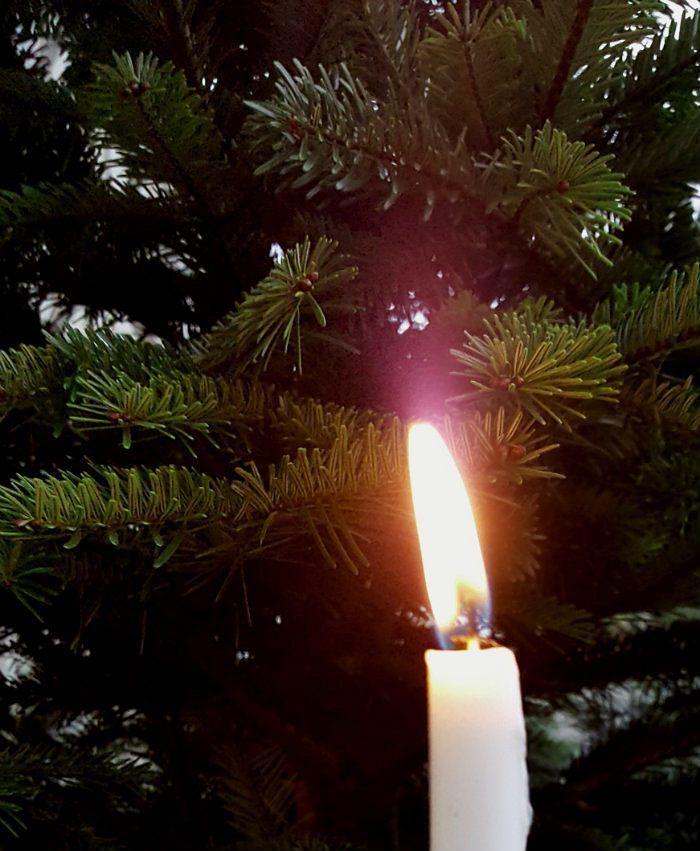 Hyvää 1. adventtisunnuntaita - Happy 1st Advent- blogissa enemmän siitä miten meillä adventtia on vietetty - pistin jopa tanssiksi #uusiblogipostaus #newblogpost #linkkibiossa #linkinmybio #adventti #advent #kynttilä #candlelight #kynttilänliekki #adventtikynttilä #joulunodotus #joulunaika #christmas #xmas #lifestyleblogger #nelkytplusblogit #åblogit #ladyofthemess