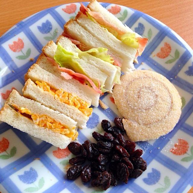 たまごサンドとベーコンレタスサンド お皿が寂しかったのでレーズンとお菓子もプラスしてみたw - 38件のもぐもぐ - サンドイッチ+α by りりりん