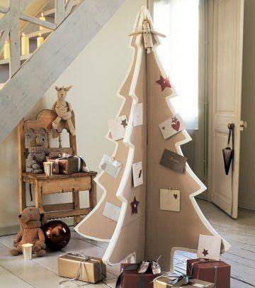 Sapin de Noël en carton décoré de bouts de papier avec une punaise