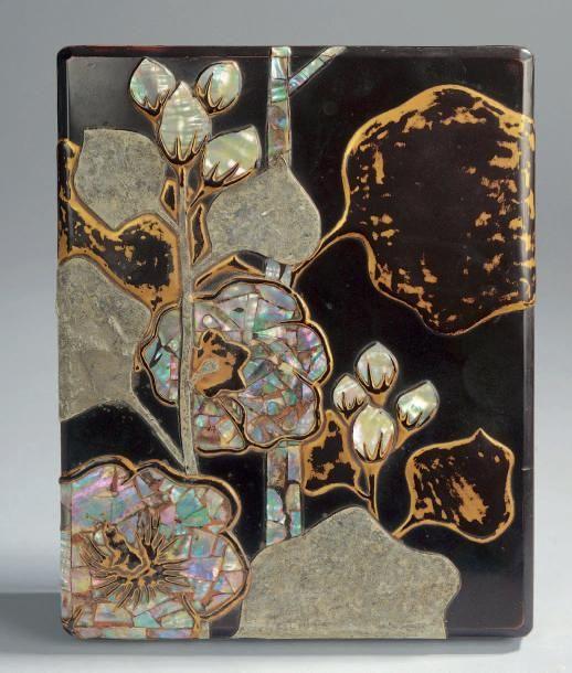 SUZURIBAKO en laque ro-iro à décor incrusté de mitsuda et nacre de bourgeons et feuilles. Période Edo. 21 x 17 cm