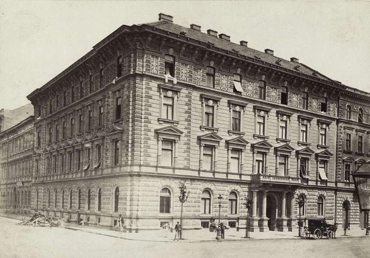 Andrássy út 46. (Sugár út 60.) a Jókai tér (Gyár utca) sarkán. Pázmándi Dénes földbirtokos háza. A felvétel 1878 körül készült. A kép forrását kérjük így adja meg: Fortepan / Budapest Főváros Levéltára. Levéltári jelzet: HU.BFL.XV.19.d.1.05.111