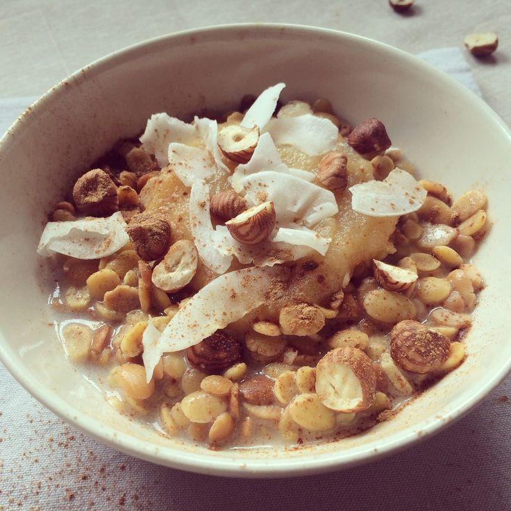 Porridge de soja au lait de coco, noisettes & pomme   :   50 g de flocons de soja   ; 20 g de noisettes   ; 10 g de copeaux de noix de coco ; 100 g de compote de pomme ; 150 ml de lait de coco  ; cannelle