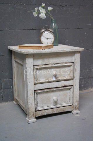 Nachtkastje 30004 - Echt oud landelijk vormgegeven nachtkastjes, gebroken-wit van kleur. Het kastje heeft twee lades en een mooie geleefde uitstraling.