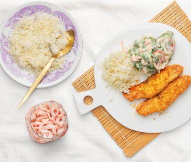 Känn smaken av Asien med curry- och pankostekt lax ikväll! Servera tillsammans med ris och en spännande sallad som du gör på pak choi, handskalade räkor, salladslök, tomat, chilisås och yoghurt. En god kombination som går snabbt att laga!