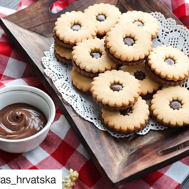 #Repost @kras_hrvatska (@get_repost)  Moto izgleda savršeno na blagdanskom stolu. Tu je za sve one koji nisu fanovi klasičnih slastica!  #moto #keks #kakao #kras #krashrvatska #karolina #osijek #croatia