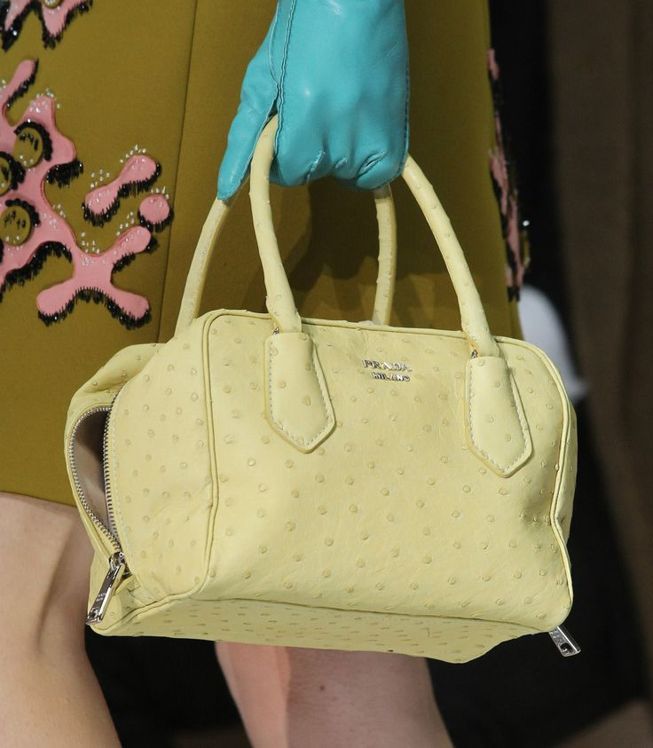 De Prada Inside Bag in de kleur geel, net als de cover van #GOOISCH! Zou jij een gele tas kopen?