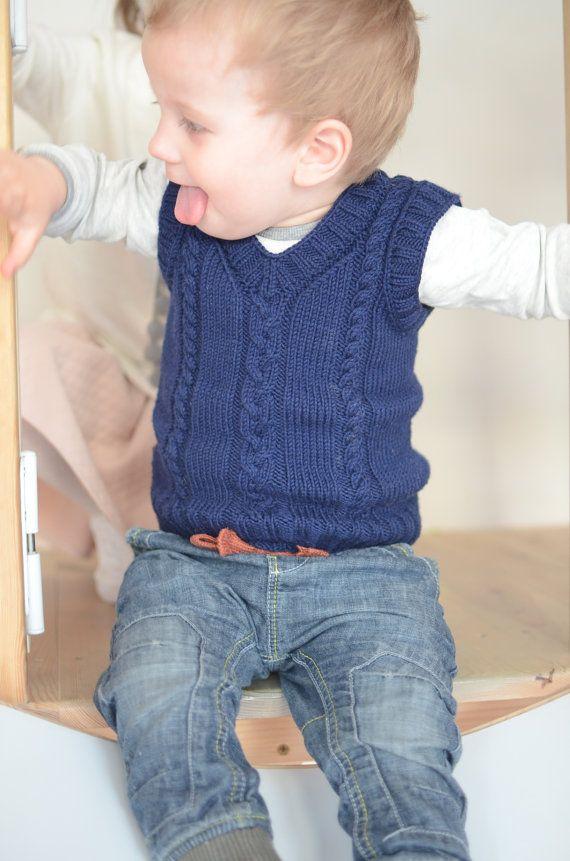 Azul marino con cuello en v niños chaleco es tejido de lana de merino 100% a mano. Es tan suave y acogedor que los niños les encantará capa sobre los monos, tops o camisas. Este chaleco suave y versátil es ideal para mantener caliente el pecho y la zona inferior de la espalda. Tejido en puntada media classic con tres cables en frente y fino punto costilla atar alrededor del cuello y sisas. Lana merina es fibra increíblemente suave, ligera, transpirable y activa que reacciona a los cambios…