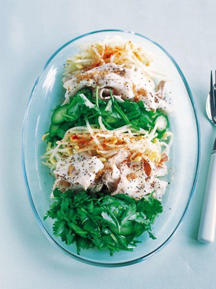豚肉をナムプラー風味のたれで和え、香菜を添えると、アジアを感じるひと皿に|『ELLE a table』はおしゃれで簡単なレシピが満載!