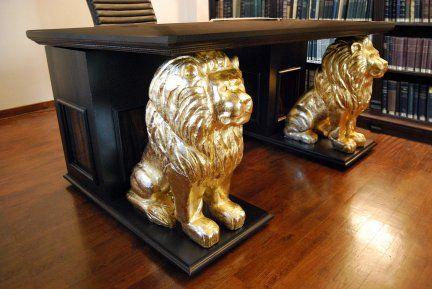 Spettacolare scrivania in legno di rovere massiccio dimensioni 1700 x 1050 x 780 mm , comprendente due statue di leoni scolpite a mano in legno massiccio di tiglio, rifinite in doratura a foglia d'oro.