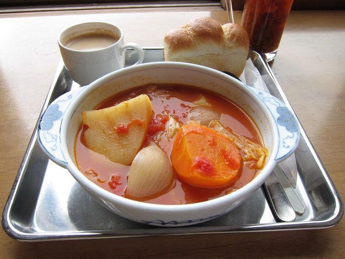 雲の上のレストランで人気メニューのもう一つがボルシチ。じっくり煮込んだトマトベースのスープに手作りのパンが良く合います。疲れた体がほっと一息落ち着けそう。