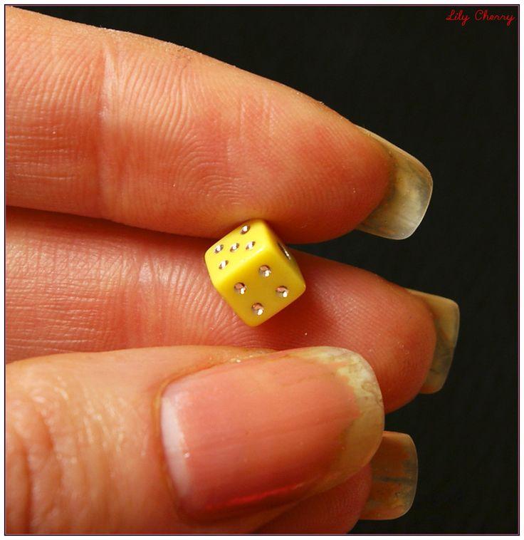 Perle dés a jouer jaune 6mm x1 : Perles en Plastique par lilycherry