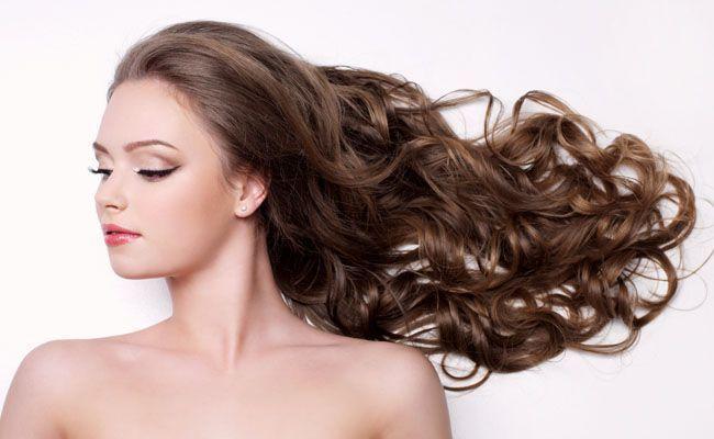 Misture ingredientes do dia a dia e crie seu próprio xampu sustentável para deixar os cabelos lindos.