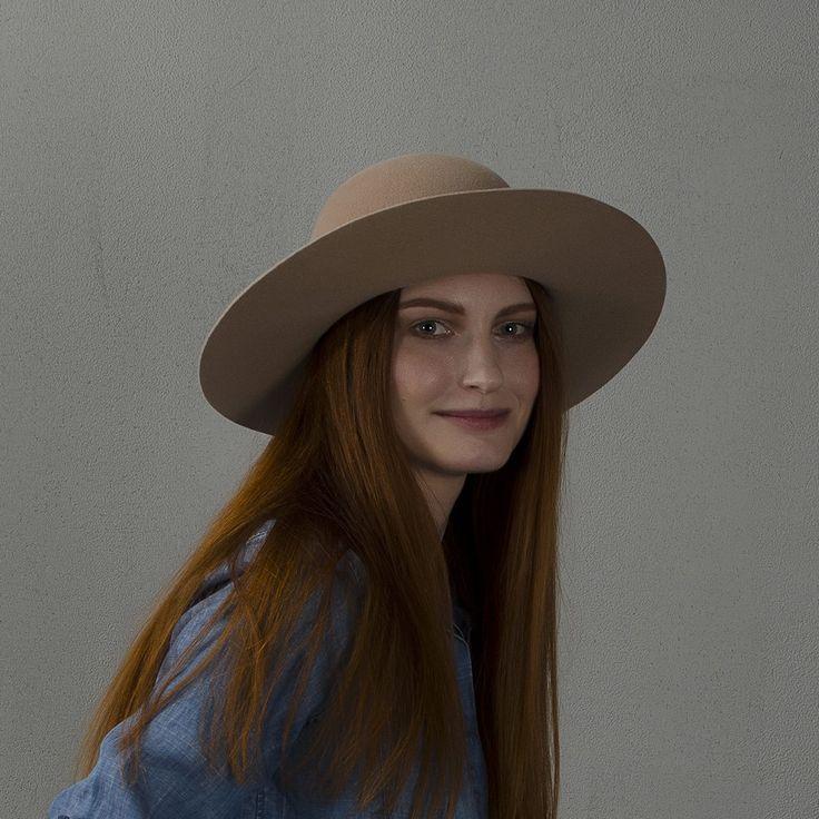 Beige wide-brim floppy hat / Широкополая шляпа флоппи бежевого цвета fotralehats.com фото photo hats lookbook
