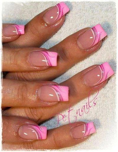 coupés à angle (ongle) droit, roses , ces ongles sont kitchissimes! une super petite horreur!