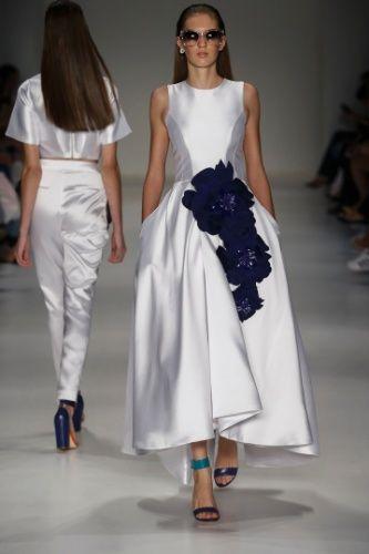 Famosa por seus bordados, a estilista mineira Patricia Bonaldi apostou na aplicação de flores gigantes para o Verão 2016 de sua marca jovem, a PatBo