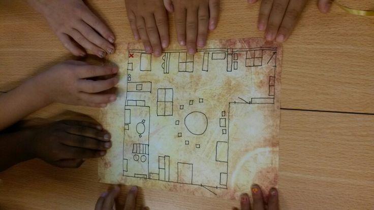 Er lagen vandaag schatkaarten in de klas. Wel heel spannend wat zou de schat zijn? Op de de schatkaart stond de plattegrond van onze klas, met hierop een rood kruis.