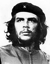 """Ernesto Rafael Guevara de la Serna, genannt Che (* offiziell 14. Juni 1928 in Rosario, Argentinien; † 9. Oktober 1967 in La Higuera, Bolivien), war ein marxistischer Revolutionär, Guerillaführer, Arzt und Autor. Bereits seine während des Medizinstudiums erstellten Reisetagebücher hatten literarische Qualität und wurden mehrmals verfilmt. Einzelne seiner Schriften und Reden beeinflussten revolutionäre Strömungen weit über Kuba hinaus.  Sein coolster Spruch: """"Verwandelt euren Hass in Energie!"""""""
