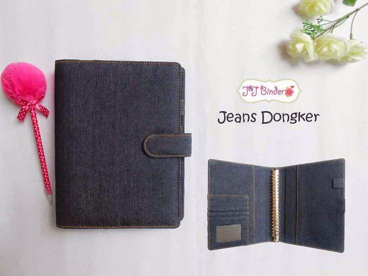 Nama  Produk : Binder Jeans Dongker Ukuran   :A5 20ring : 55rb , B5 26 ring : 65rb Bahan: Kain Jeans Deskripsi : 3 slot kartu, 1 slot foto 1 Slot pulpen