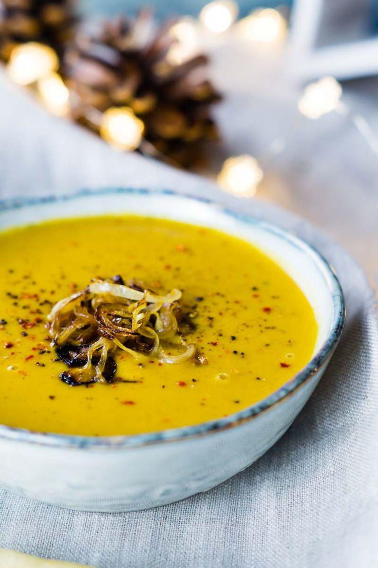 Süßkartoffel-Suppe mit gerösteten Zwiebeln | Perfekt für das Weihnachtsmenü | Sweet Potato Soup with Roasted Onions | Rezept auf carointhekitchen.com | #rezept #süßkartoffel #kokos #vegetarisch #vegetarian #vegan #festlich