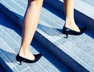 Cómo evitar caídas en la vía pública. Lee este artículo en www.achs.cl  #safety #prevencion #salud #mujer