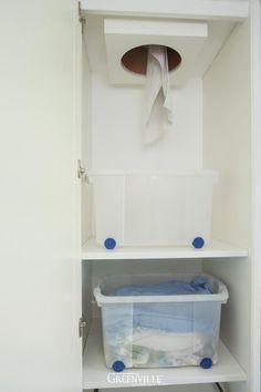 Wäscheabwurf im Mudroom. Ist der Schrank geschlossen, sieht der Raum fein aufgeräumt aus.  Die Wäsche kann gleich im Schrank sortiert werden.