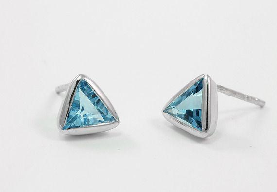 Boucles d'oreilles triangle avec pierre de topaze bleu en argent massif Puces d'oreilles triangulaires Clou d'oreille bleu