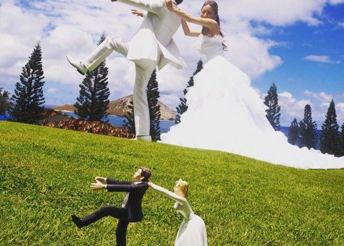 前撮りのおすすめ*ケーキトッパーのお人形と一緒のポーズでウェディングフォトを撮るのが可愛い♡のトップ画像