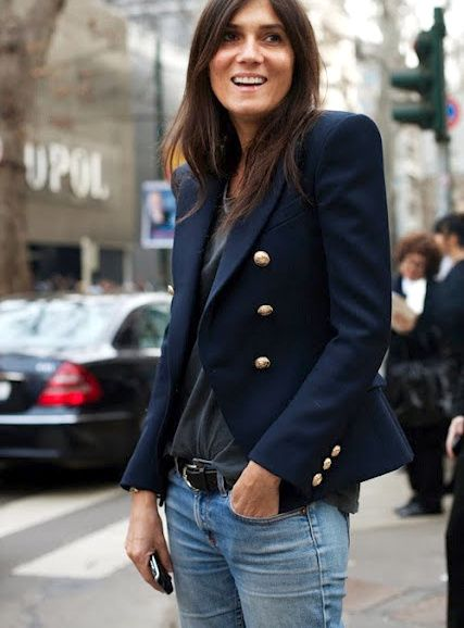 Le blazer bleu marine, le classique ultime pour twister le duo jean/tee-shirt (photo Vogue)