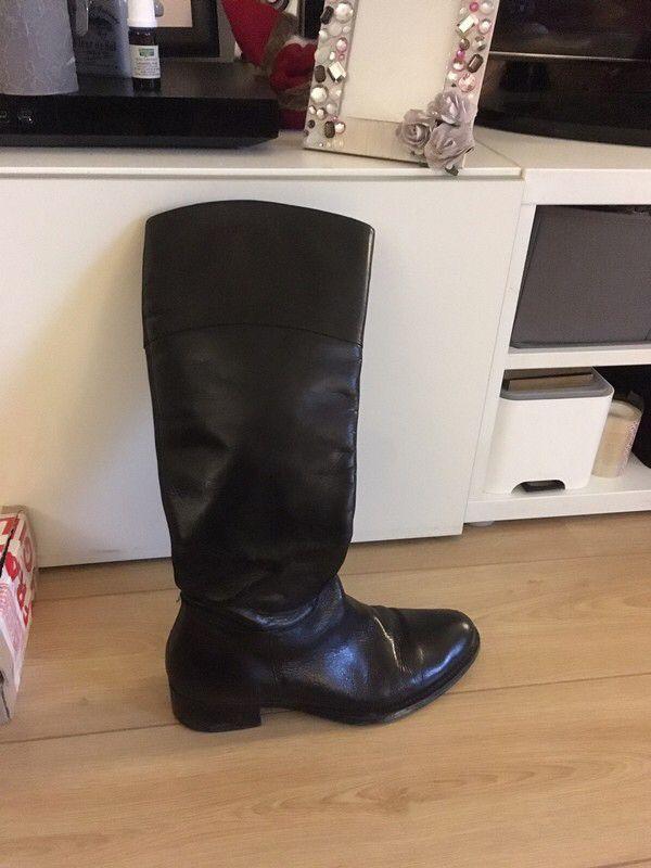Bottes cuir noir plate 39-39,5 cavalière  de marque . Taille 39 à 40.00 € : http://www.vinted.fr/chaussures-femmes/bottes/56000846-bottes-cuir-noir-plate-39-395-cavaliere.