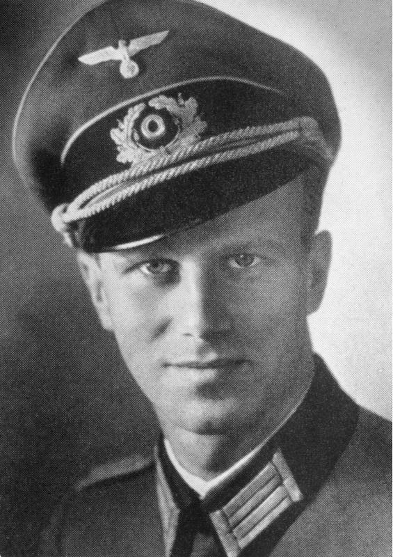 Werner Karl von Haeften (9-10-1908 / 2-7-1944).Teniente de la Wehrmacht y uno de los principales miembros del complot del 20-7-1944 para asesinar a Adolf Hitler. Es considerado un héroe de la resistencia alemana. En 1943, recuperándose de sus heridas en el Frente Oriental se unió a Claus von Stauffenberg para la Operación Valquiria.Le acompañó el 20 de julio para colocar la bomba en el bunker, después se fueron a Berlín sin confirmar la muerte de Hitler e iniciaron el fallido golpe de…