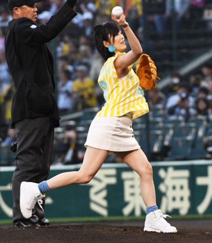 さや姉始球式!投球時胸の張りはプロ級?/写真特集 - 日刊スポーツ #山本彩 #始球式 #阪神タイガース