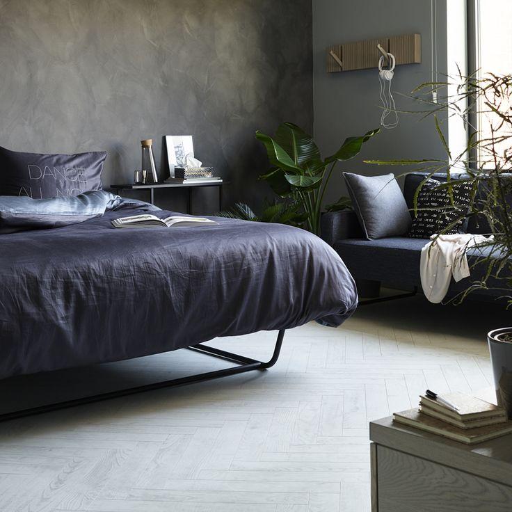 BerryAlloc Chateau laminatgulv Hvid Kastanje (white chestnut ) i matlook er et enkelt og lyst gulv, der giver en flot finish til din indretning. Den lyse farve matcher den nordiske stil perfekt og komplimenterer kontrast farverne i dit hjem virkelig godt.