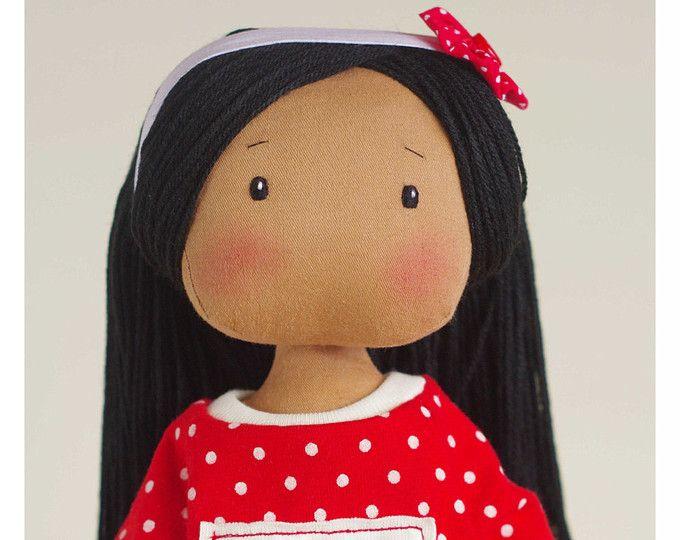 Susie es una muñeca de trapo dulce para los niños pequeños con ropa removible (blusa, falda, calcetines, bragas y diadema).  Toda ropa es desmontable y fácil de despegar. Ojos son bordados. A petición, yo puedo bordar una boca.  Cabello están hechos de acrílico lana, puede ser cepillados y peinados diferentes (cola de caballo, peinado de trenzas).  Para mejor resistencia del cuerpo utilizo doble cierre y doble tela. Así que la muñeca se hace realmente sólidamente y la costura es muy durable…