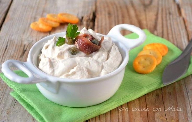 La salsa tonnata leggera, senza uova e senza maionese, è ideale per carne e pesce, per farcire vol-ou-vent o per preparare gustosissime tartine.