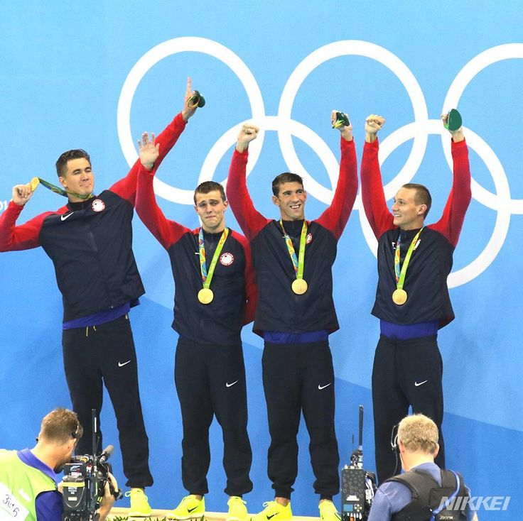 nikkei#競泳 男子400メートルリレーで五輪史上最多19個目の金メダルを獲得した米国のフェルプス(右から2人目)(玉)