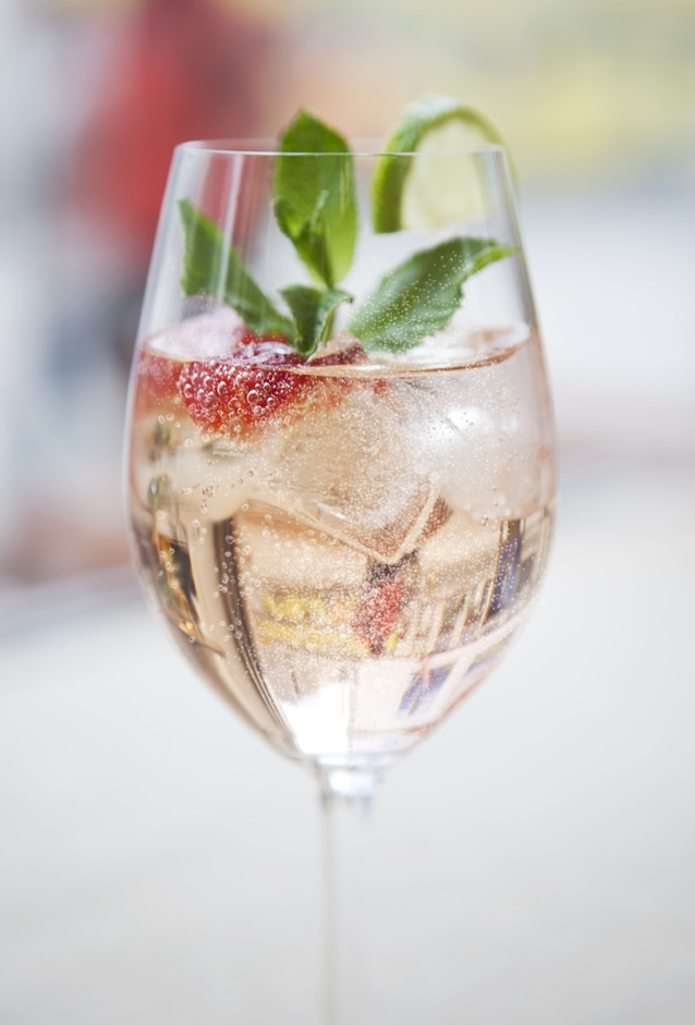 Refreshing and light happy hour cocktail.  | Lillet Vive Rose   5cl LILLET Rosé 10cl Tonic Limette, Erdbeere & Eis