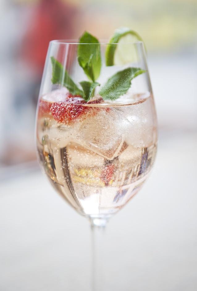 Refreshing and light happy hour cocktail.  | Lillet Vive Rose   5cl LILLET Rosé 10cl Tonic Limette, Erdbeere & Eis