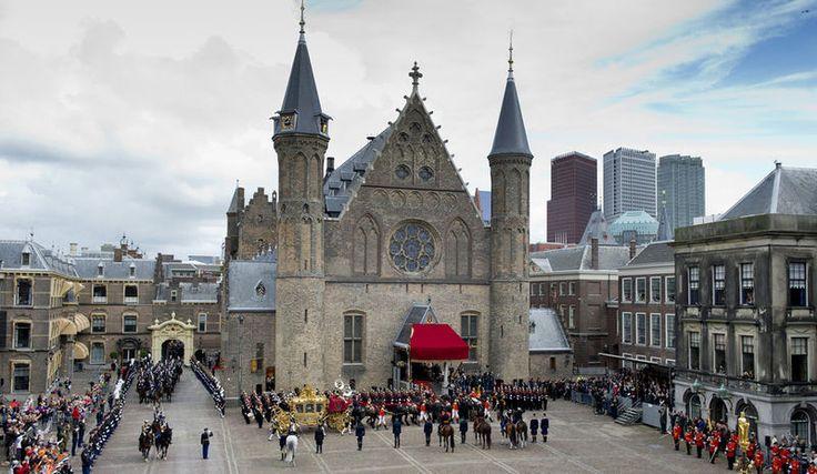 De gouden koets arriveert op Binnenhof voor Prinsjesdag