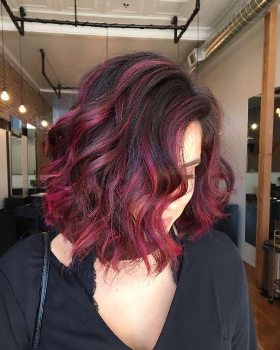 Dunkel gefärbtes Haar, ob es braun oder schwarz ist, kann atemberaubend schön,…
