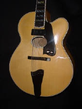 Essa é uma guitarra acústica. Meio a meio...