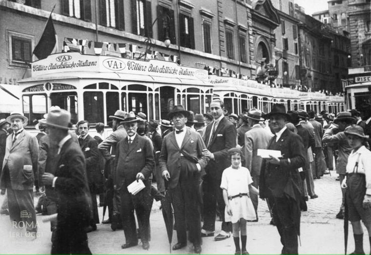 Piazza Colonna (1924) Nuovi Autobus elettrici della VAI (Vetture Autoelettriche Italiane)